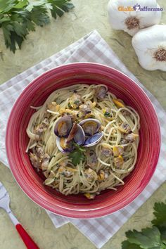 Anche se ormai gli #spaghetti alle #vongole (spaghetti with clams) vengono preparati in ogni angolo del mondo, è impossibile non provare questo piatto delizioso a #Napoli, magari gustandoli in riva al mare. #ricetta #GialloZafferano #italianfood #italianrecipe