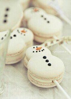 Christmas snowman (and snowwoman!) macaron cake pops (macaron on a stick). Christmas Sweets, Christmas Cooking, Noel Christmas, Christmas Goodies, Homemade Christmas, Macarons Christmas, Christmas Wedding, Christmas Catering, Christmas Cupcakes