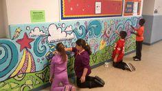students working together on mural Outdoor Wall Paint, Colegio Ideas, School Spirit Days, School Murals, Value In Art, School Painting, 5th Grade Art, Wall Drawing, Outdoor School