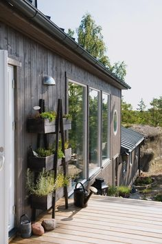 Frihetskänsla i skärgårdshuset - Hem - Hus & Hem Tiny House, Wood Facade, House By The Sea, Cabins In The Woods, Prefab, Home Fashion, Outdoor Gardens, Beautiful Homes, Cottage