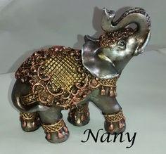 Peça em pintura metalizada. Elephant Sculpture, Elephant Parade, Embroidery Patterns Free, Gold Work, Animal Sculptures, Elephant Gifts, Mixed Media Art, Feng Shui, Jewelry Accessories