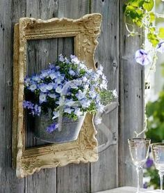 10 Creative Repurposed Picture Frame Projects: frames on a fence… Diyprojectgardens.club 10 Creative Repurposed Picture Frame Projects: Frame on a fence … creative einem frame pictu creative diydesk diyfashion diygarden diymakeup diyropa diywohnen Picture Frame Projects, Picture Frames, Image Frames, Diy Garden Projects, Diy Garden Decor, Garden Ideas, Diy Decoration, Beautiful Decoration, Easy Garden