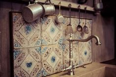mattonelle-antiche-cucina -Collezionare antiche mattonelle per riutilizzarle a posteriori,  poichè conferiscono  un tocco particolare  soprattutto in cucina e  bagno, ma anche in altro ambiente!
