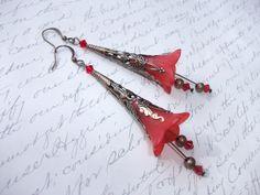 Red bell flower antique brass earrings de la boutique BijouxdeBrigitte sur Etsy