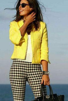 Conjunto chaqueta amarilla, camiseta blanca y pantalones negros a cuadros