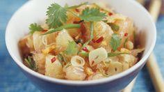 würziger Pomelosalat mit Knoblauch und Chili | http://eatsmarter.de/rezepte/thailaendischer-pomelosalat-mit-knoblauch-und-chili