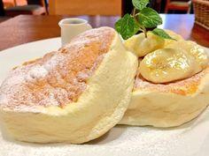 渋谷にあるスコッチバンクの「マスカルポーネパンケーキ」を実食している。スプーンでないと食べられない、究極のふわとろパンケーキと筆者。フォークだと、ふわふわとろとろ過ぎて崩れてしまうほど繊細だという