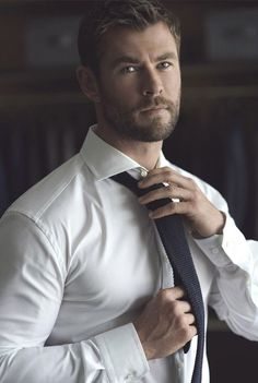 If you want hairstyles like Hemsworth then here we have collected a large number of hairstyles to choose from. There are various types of Chris Hemsworth haircuts available. Chris Hemsworth Thor, Chris Hemsworth Sem Camisa, Fitness Before After, Hemsworth Brothers, Herren Style, Trending Haircuts, Mode Masculine, Hot Actors, Hollywood Actor