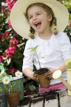 Growing tomatoes in pots works well and is quite simple Little People, Little Girls, Growing Tomatoes In Containers, Growing Vegetables, Simple Pleasures, Beautiful Children, Beautiful Smile, Simply Beautiful, Happy Kids