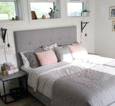 Fina Fönster och sänglampor Lamps, Furniture, Home Decor, Desk Office, Decorations, Little Cottages, Wedding, Lightbulbs, Decoration Home