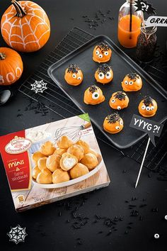 - Simple Halloween snack for the Sweet Table: Fast pimped puffs as monster cake pops. More on our online magazine pops - cake pops: monstermäßig good!- Simple Halloween snack for the Sweet Tabl. Halloween Cake Pops, Halloween Snacks, Halloween Torte, Table Halloween, Postres Halloween, Dessert Halloween, Easy Halloween, Monster Cake Pops, Tapas