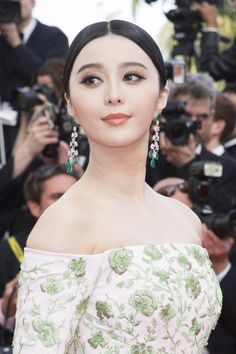 chopardredcarpet: Last night, Chinese actress and Chopard ambassadress Fan Bingbing dazzled in a pair of earrings featuring pear-shaped emeralds (25 carats) and white diamonds (24 carats) on the festivaldecannesofficiel red carpet