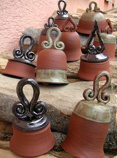 vysoký, široký... keramické zvončeky s pekným zvonivým zvukom, každý trochu iný, ale všetky z jednej rodiny... výška 9-12 cm, šírka 7,5 - 10 cm cena je za jeden kus