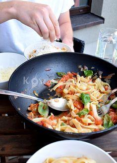 Italské těstoviny s čerstvými rajčaty a bazalkou | KořeníŽivota.cz Spaghetti, Ethnic Recipes, Food, Essen, Meals, Yemek, Noodle, Eten