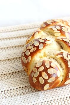 Simple and quick curd cheese recipe: A great recipe for Easter or all year round for breakfast. Do you like a good yeast braid? Then you will love this fluffy curd braid! Try this and other recipes right away! Quark Recipes, Coffe Recipes, Pastry Recipes, Cheese Recipes, Easy Cookie Recipes, Sweet Recipes, German Baking, Other Recipes, No Bake Cake