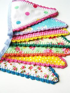 Pretty fabric banner with crochet edging Crochet Home, Love Crochet, Crochet Gifts, Beautiful Crochet, Crochet Yarn, Crochet Bunting, Fabric Bunting, Bunting Garland, Buntings