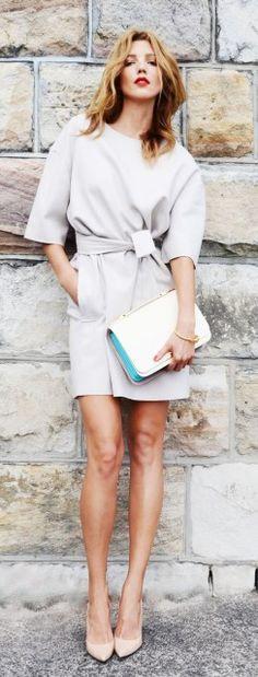 Elegante vestido gris con con zapatos en punta