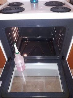 HOMEMADE OVEN CLEANER cup theives dish soap cup lemon juice 1 cup vinegar 1 cup water Shake gently to combine ingredients, spray in your stove. Let sit for a little bit and voila, a brand new looking stove!This DIY Oven Cleaner Is Much Better Than Store-B Diy Home Cleaning, Household Cleaning Tips, Homemade Cleaning Products, Household Cleaners, Cleaning Recipes, House Cleaning Tips, Natural Cleaning Products, Spring Cleaning, Oven Cleaning Hacks