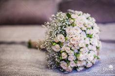Свадебный букет из мини роз и гипсофилы.