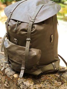Blij om dit item uit mijn #etsy shop te delen: Swiss army backpack Swiss Army Backpack, Vintage Style, Vintage Fashion, Outdoor Stuff, Holsters, Cold War, Tactical Gear, Bradley Mountain, Switzerland