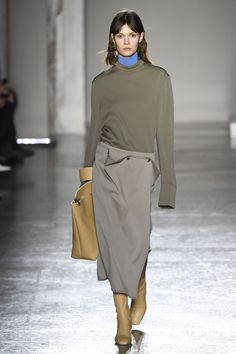 The complete Gabriele Colangelo Fall 2018 Ready-to-Wear fashion show now on Vogue Runway. Fashion Mode, Fashion 2018, Fashion Week, Modest Fashion, Runway Fashion, Fashion Outfits, Womens Fashion, Fashion Stores, Cheap Fashion