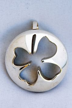 Bolle zilveren klavertje 4 hanger gemaakt door edelsmid Marja Schilt. www.marjaschilt.nl