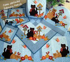 Conjunto de Cozinha composto por: trilho, 2 panôs de fogão,capa Galão/Bombona, 2 jogos americanos,capa panificadora, tapete cozinha, toalha de mesa. As aplicações são feitas com tecidos importados e nacionais. As peças podem ser vendidas separadamente. Confirme disponibilidade das estampas. Você pode montar o jogo com as peças de sua preferência. R$ 621,00 Quilting, Cat Quilt, Tablerunners, Tole Painting, Mug Rugs, Stuffed Animal Patterns, Baby Cats, Baby Quilts, Patches