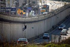 Cari Kerja Pria Palestina Ini Ditembak Penjajah Zionis Karena Panjat Tembok Pemisah  Seorang pria Palestina dengan menggunakan tali memanjat tembok pemisah Israel antara kota al-Ram Tepi Barat dan Timur Baitul Maqdis. Foto: AFP/Thomas Coex Dokumentasi  BAYT LAHM Senin (Maan News Agency   972mag.com): Pasukan penjajah Zionis menembak dan melukai seorang warga Palestina di kawasan Wadi al-Hummus timur Bayt Lahm di sebelah selatan Tepi Barat terjajah saat ia coba mencapai Baitul Maqdis melalui…