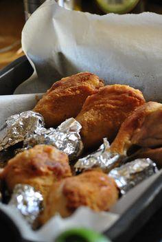 Cosce di pollo...per tutti i giorni...non di festa Ingredienti per 4 persone 4 cosce di pollo (belle grandi) 500 ml di latte 4 pacchetti di crackers sale burro