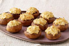 If you like our warm artichoke dip, you& going to love our Artichoke Dip-Stuffed Mushrooms! We& taken one of our most popular appetizer dips and used it as a filling in this stuffed mushroom recipe. Kraft Foods, Kraft Recipes, Potluck Recipes, Cooking Recipes, Popular Appetizers, Bacon Appetizers, Appetizer Dips, Appetizer Recipes, Food Network