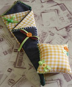 Conjunto de funda para tijeras y alfiletero VII :El Vol De La Papallona Sewing Hacks, Sewing Crafts, Sewing Projects, Bag Patterns To Sew, Sewing Patterns, Baby Shower Favours, Creative Box, Quilted Gifts, Denim Crafts