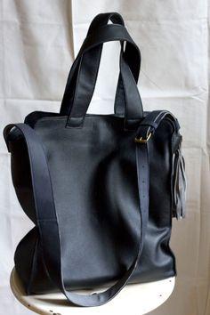 Wielka, lekka, czarna torba ze skóry.
