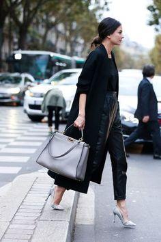 全身黒でまとめたスタイルにライトグレーのバッグとヒールで柔らかさを印象付けたコーデです。黒を使っていますが、アイテムのシルエットに遊び心があるのであまりかっちりとした雰囲気になっていないのがいいところです。 もっと見る