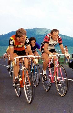 1978 - Tour de France - Hennie Kuiper, Bernard Hinault et Joop Zoetemelk Vintage Bike Parts, Vintage Cycles, Vintage Bikes, Cycling Art, Cycling Bikes, Velo Retro, Raleigh Bikes, Peugeot, Bicycle Race