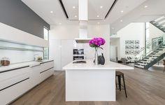 Helle Küche, brauner Eiche (?) Boden, grau abgesetzte Wand