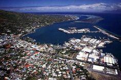A capital do Tahiti, Papeete, é um centro comercial bastante movimentado com vida noturna agitada.