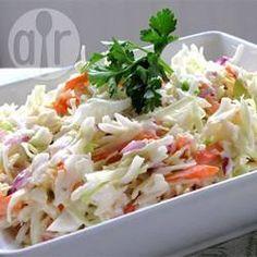 Esta receta combina dos tipos de col con zanahoria y cebolla, en un aderezo de mayonesa con jocoque, leche y limón.