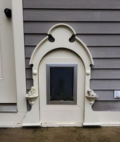 Pet Door adorned with a Picrure Frame - Annett Huber Animal Room, Animal House, Feral Cat House, Pet Door, Doggy Doors, Puppy Room, Dog Area, Pet Gate, Dog Rooms