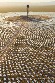 우주에 이런 쏠라팜을 만든다는 이야기를 30년전에 과학 잡지에서 본것 같은데 현재 지구에 있다니 놀랍다. Ivanpah solar plant in California (US)