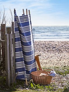 Recreate a summery coastal look with these four beach craft ideas, simple projects to while away an afternoon using items gathered from a coastal stroll. Coastal Rugs, Modern Coastal, Coastal Homes, Coastal Style, Coastal Decor, Coastal Curtains, Coastal Bedding, Coastal Landscaping, Farmhouse Landscaping