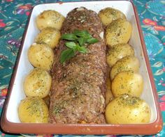 Ingredientes: 1 kg de carne moída , 1 pacote de creme de cebola , Sal , Pimenta-do-reino , Cheiro verde , 3 tomates , 200 g de mussarela , 200 g de presunto , 1 cenoura grande , Rodelas de cebola , 2 colheres de azeite , Orégano a gosto , 2 talos de salsão , Algumas batatas pequenas com casca , 1 caldo de carne , 1 colher de sopa rasa de amido de milho , 2 copos de água