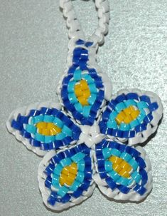 zoom_fleurs_etoile Crafts To Do, Crafts For Kids, Arts And Crafts, Plastic Lace Crafts, Plastic Craft, Hama Beads, Lanyard Crafts, Loom Bands, General Crafts