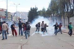 Con bombas lacrimógenas, palos y piedras se enfrentaron estudiantes de la Universidad Nacional de San Antonio Abad del Cusco (UNSAAC) y miembros de la Policía Nacional por Proyecto de Nueva Ley Universitaria.  Cusco, 13/06/2013