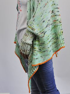 Brioche and Garter are a match made in heaven – and the combination offers endless possibilities. This sleeved shawl is a drapey shrug with extra long sleeves.