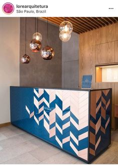 Gorgeous hotel lobby design with coppery details and blue reception Coperate Design, Table Design, Design Room, Design Ideas, Modern Reception Desk, Reception Desk Design, Reception Table, Office Reception, Reception Counter
