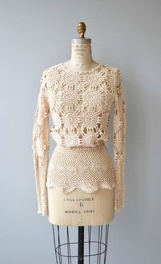 Vintage 1970s cream cotton hand-crochet sweater with long slender sleeves, elastic waist and crochet peplum. Amazing! --- M E A S U R E M E N T S --- fits like: extra small/small shoulder: 18 bust: 33-37 sleeve: 26 waist: 22-26 length: 27 brand/maker: Mirna Ramsay condition: excellent ➸ More tops & sweaters https://www.etsy.com/shop/DearGoldenVintage?section_id=5800171 ➸ Visit the shop http://www.DearGolden.etsy.com _____________________ ➸...