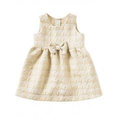 Robe jacquard en lurex avec col rond, noeud réalisé dans le même tissu appliqué devant au niveau de la taille et fronces sur la jupe. Patte de boutonnage à l'arrière le long du dos et haut doublé.