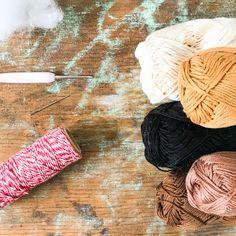 Gehäkelte Häschen als zauberhafte Osterdekoration   ♥ Zuckersüße Äpfel - kreativer Familienblog und Reiseblog ♥ Loom, Crochet, Knitting, Diy, Tricot, Easter Crochet Patterns, Crochet Mouse, Crochet Basket Pattern, Bricolage