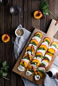 Quick Appetizer Recipes To Wow Your Guests (The Edit) Peach Caprese Salad. Looks like peaches, basil, mozzarella & balsamic vinegarPeach Caprese Salad. Looks like peaches, basil, mozzarella & balsamic vinegar Tapas, Quick Appetizers, Appetizer Recipes, Light Summer Appetizers, Light Summer Meals, Appetizer Ideas, Party Appetizers, Cooking Recipes, Healthy Recipes