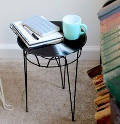 disque vinyle transformé en plateau de table d'appoint à structure métallique et tapis beige clair